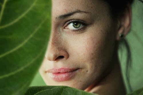 Kvinne blant blader
